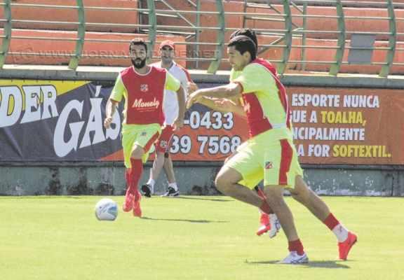 Em coletivo, o auxiliar técnico (ao fundo) Guilherme Talamoni observa e orienta os jogadores