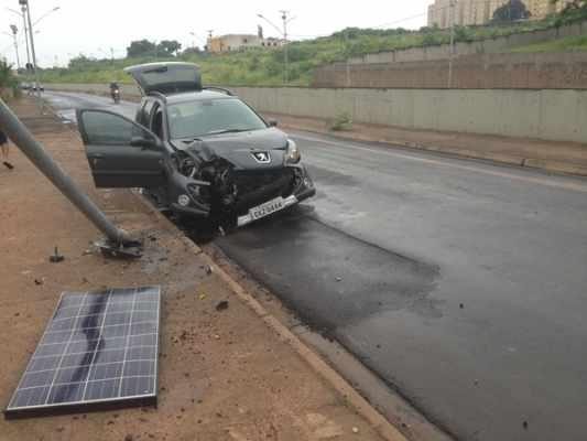 Motorista perde o controle do carro e colide contra um poste na Avenida Tancredo Neves