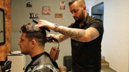 O barbeiro Murillo Reis trabalha há 10 anos cuidando da aparência do público masculino e, segundo o profissional, a procura pelos serviços de beleza relacionados aos homens cresceu muito