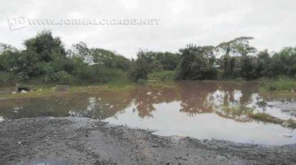 Lagoa formada pela enxurrada no bairro Bom Retiro. Casas também têm problemas com infiltração pela ação das chuvas