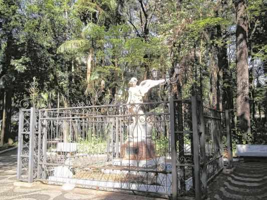 Estátua do Anjo da Concórdia feita de mármore com pedestal de granito fica exposta no Jardim Público (foto arquivo)