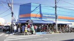 Fila de consumidores formada na porta de uma loja por ocasião da liquidação de janeiro do ano passado (foto arquivo)
