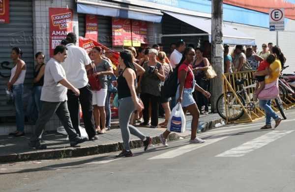 Movimentação numa loja na rua 3, no Centro de Rio Claro