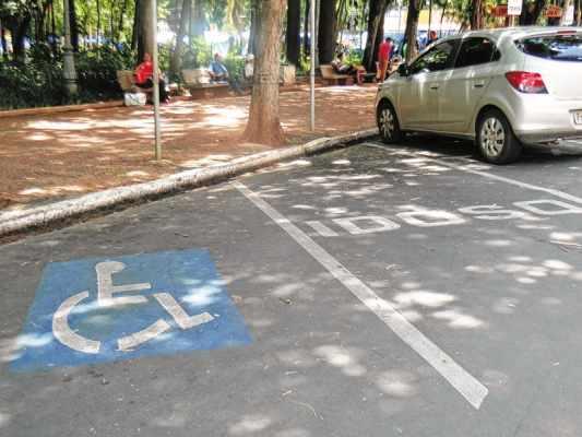 Vagas de estacionamento reservadas para idosos e pessoas com deficiência localizadas na Rua 3, no Jardim Público