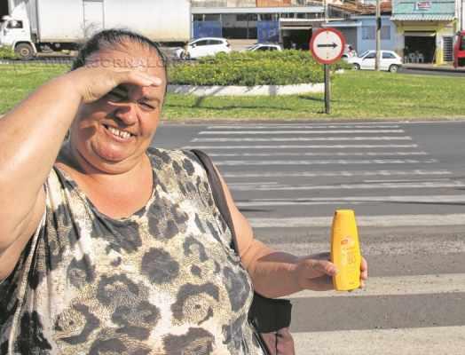 Munícipe Vânia Teixeira da Silva exibe o protetor solar: produto indispensável para conter os efeitos das altas temperaturas