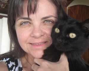 Ana Dantas e Bia, uma das personagens reais de seus livros sobre a responsabilidade da adoção animal para crianças