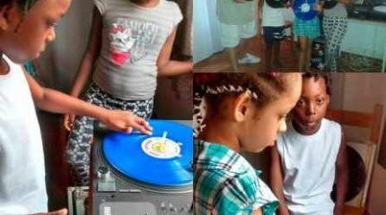Crianças acima de 8 anos participam de aulas de DJs