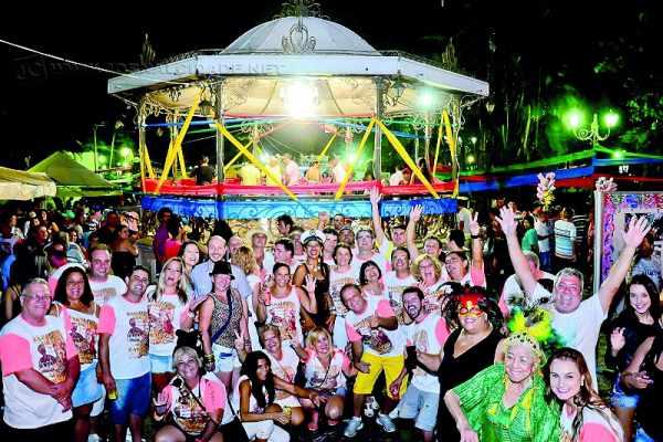 Floriza Stein (com fantasia verde à direita na foto em destaque) é a homenageada deste ano no cordão da 'Banda do Coreto', que resgata as marchinhas de Carnaval