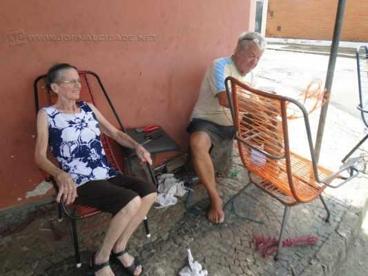 Ao lado da esposa Joana, José Bertin passa os dias na esquina da Rua 7 com Avenida 30