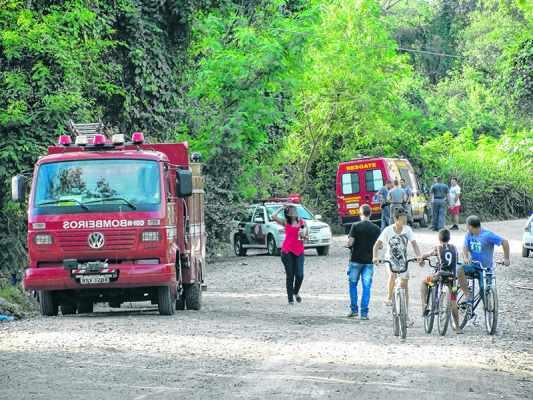 A movimentação das viaturas do Corpo de Bombeiros, Resgate e Polícia Militar chama a atenção de moradores da região