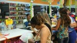 Clientes movimentam o centro de comércio em Rio Claro na segunda-feira de Carnaval