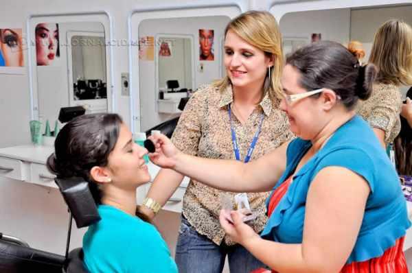 Há vagas para os cursos de manicure e pedicure, assistente de cabeleireiro e maquiagem profissional