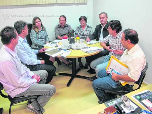 Na foto de arquivo, membros do alto escalão da Fundação de Saúde com vereadores da Câmara Municipal