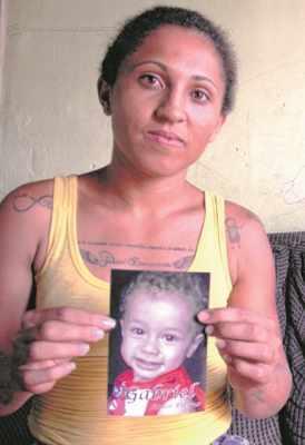 Jeniffer mostra a foto do pequeno Gabriel, que morreu afogado no começo deste mês