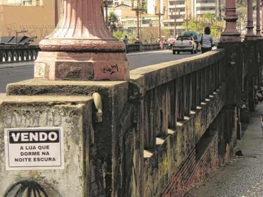 """Série """"O que eu vejo"""" - Intervenção urbana de Marina Florindo sobre o espaço urbano realizado em Belo Horizonte, capital mineira, nos anos de 2013 e 2014"""