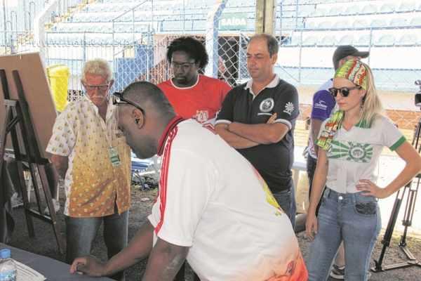 José Arena, Hélio do Carmo, Welson Camargo e Kaira Guastalli durante apuração do Carnaval 2016 no Estádio Municipal