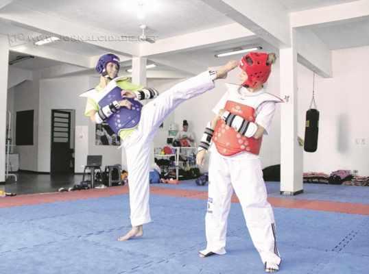 Talisca Reis (à esquerda) durante treino. Atleta é cotada para reserva nos Jogos Olímpicos