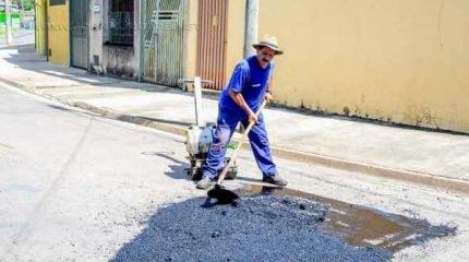 Três equipes da Secretaria de Obras foram destacadas para a realização do serviço, que utiliza massa quente de asfalto