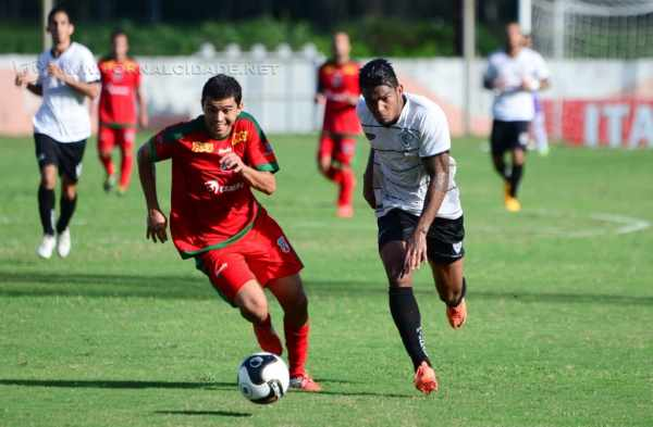 Rubro-Verde perdeu várias chances no primeiro tempo e no segundo, sofreu os gols (Foto: Sanderson Barbarini/Foco no Esporte)