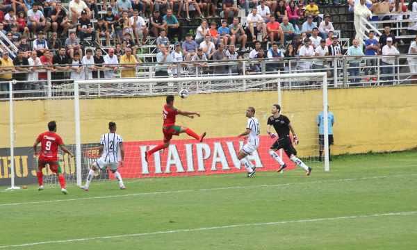 André Mococa no momento do primeiro gol do jogo, aos 30 minutos do primeiro tempo (Foto: Jonathan Alberti/Gazeta Bragantina)