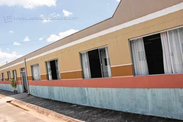 """Prédio da Escola Municipal """"Antonio Maria Marrote"""", no Estádio, pode cair a qualquer hora, afirmam mães de alunos"""
