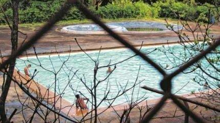 Sem supervisão de professores, adolescentes usam a piscina em um domingo. Uso 'legal' pode ser feito por meio de natação gratuita