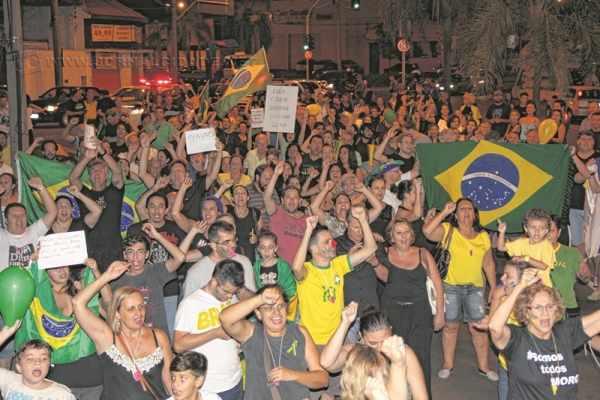 Na Avenida Visconde do Rio Claro, rio-clarenses pediram a saída imediata de Dilma Rousseff, Lula e do Partido dos Trabalhadores (PT)