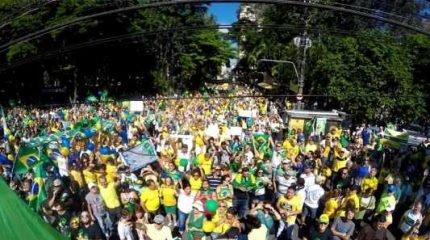 Manifestação no último domingo (13) levou milhares ao Centro de Rio Claro