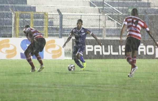 Inferior tecnicamente, Galo Azul não correspondia às mudanças táticas de Sérgio Guedes e não obteve poder de reação