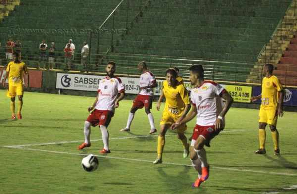 Em jogo de ataque contra defesa, Rubro-Verde massacra e de tanto insistir, marca ao menos um gol e volta a vencer após seis jogos e sobe para o sexto lugar, agora com 19 pontos