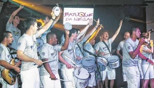 São 18 integrantes da banda que tocam instrumentos de percussão, presentes nas baterias de escola de samba e que levam todos os estilos musicais aos shows que fazem pelo país todo (Foto: Yuri Capretz)