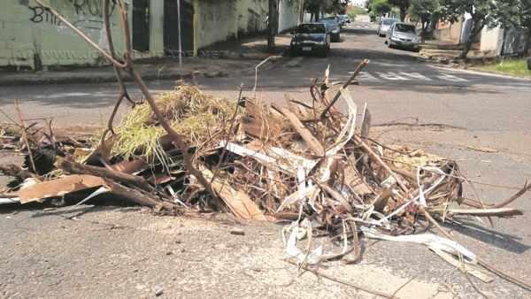Buraco na na Avenida M-31 com a Rua 10, no bairro Jardim São João (Foto: Rogério Leite)