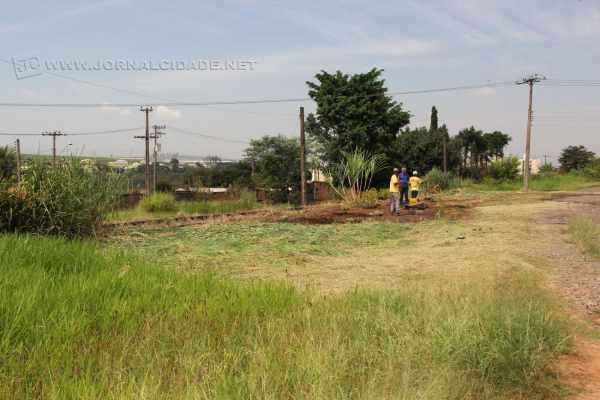 Trecho da Rua Marginal, no Jardim Santo Antônio, está sendo limpo pela própria população. Matagal tem que ser cortado à mão e moradores pagaram serviço com dinheiro do próprio bolso