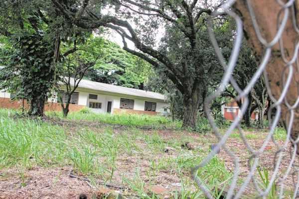 Local em que deveria estar funcionando o Instituto Federal está depredado, no bairro Santana