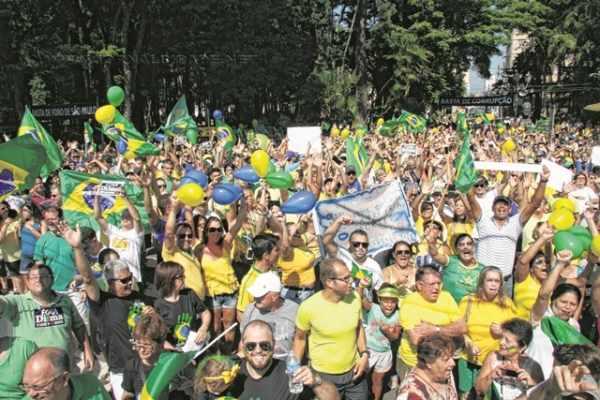 Milhares de rio-clarenses foram às ruas no último domingo (13)