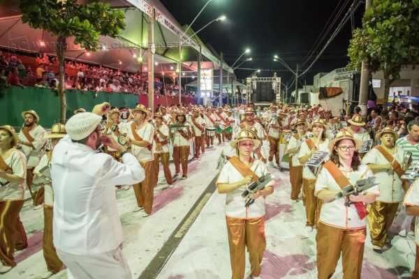 Bateria da Unidos da Vila Alemã, que levantou o público no Carnaval, marca presença em evento em homenagem às mulheres