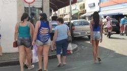 Consumidores caminhando pela Rua 3, na região central de Rio Claro, na tarde dessa sexta-feira (22)