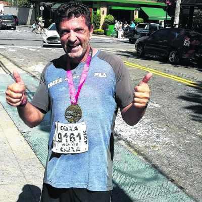 Vicente Hartung com sua medalha de participação