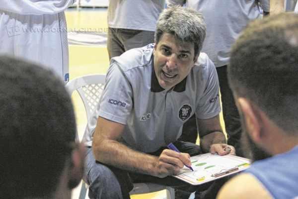 Dedé Barbosa em um dos pedidos de tempo: uma verdadeira aula de como fazer basquete