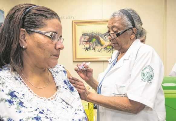 Mulher toma a vacina contra a gripe na campanha antecipada na capital e na Grande São Paulo (foto: A2img / Eduardo Saraiva)