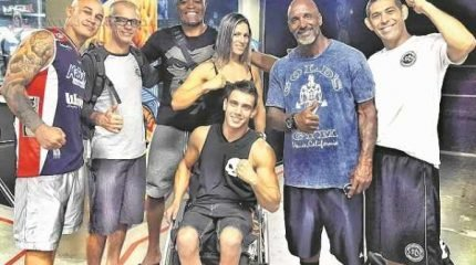 Na foto, encontro do atleta Yves Carbinatti com o lutador Anderson Silva e outros nomes do esporte que se encontravam no evento
