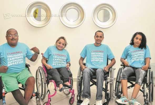 Os cadeirantes da ONG Mais Forte que a Deficiência vestem as camisetas azuis, que poderão ser compradas pelos participantes