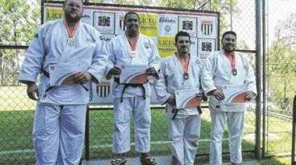 Gabriel Mariano (segundo à direita), da categoria Sênior Pesado acima de 100 quilos, conquistou o bronze e vaga para a fase seguinte