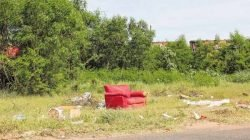 Na região dos bairros Jardim Inocoop e Chácara Lusa, parte da população despeja lixo em matagal próximo da linha férrea, mesmo havendo um ecoponto à disposição a poucos metros dali