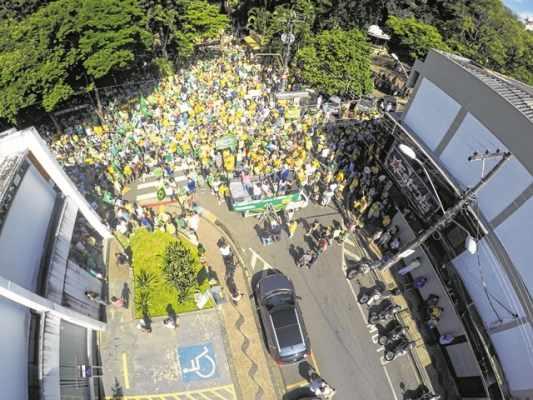 Manifestantes durante protesto pelo impeachment da presidente Dilma Rousseff realizado este ano em Rio Claro (foto: Marcos Gallo)