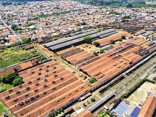Na imagem aérea, o grande pátio fabril da antiga Companhia Paulista de Estradas de Ferro, utilizado atualmente pela empresa ALL