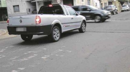 Com 'PARE' apagado, leitor diz que motoristas não respeitam e cortam a Avenida 19 sem parar