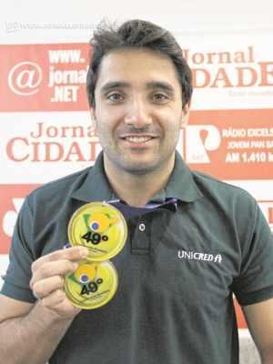 Carlos Carbinatti conquistou a vaga nas Paralimpíadas com a conquista do ouro nos Jogos Parapan-Americanos de Toronto. O paratleta visitou o Grupo JC com as medalhas conquistadas no nacional