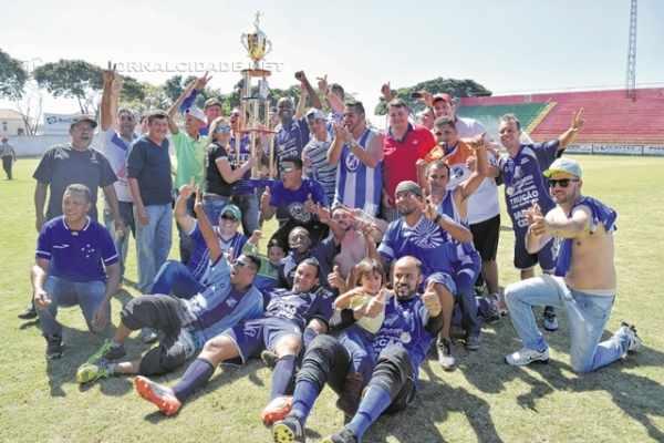 O UPU recebeu o troféu de campeão da 12ª edição da Copa Rio Claro de Futebol e festejou bastante no campo do estádio Benitão
