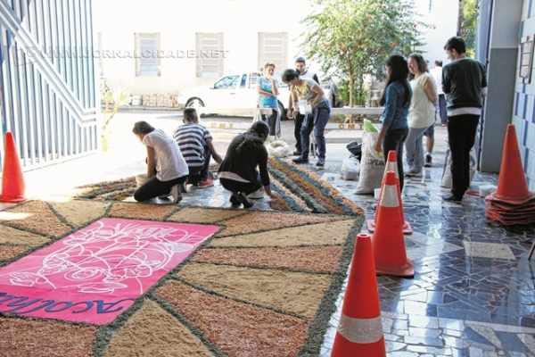 Tapete sendo confeccionado pela comunidade na Paróquia Bom Jesus (foto: Angela Amaral)